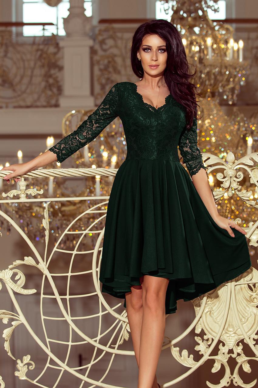 NICOLLE - Tmavě zelené dámské šaty s delším zadním dílem a krajkovým  výstřihem 210-3 78ab859179