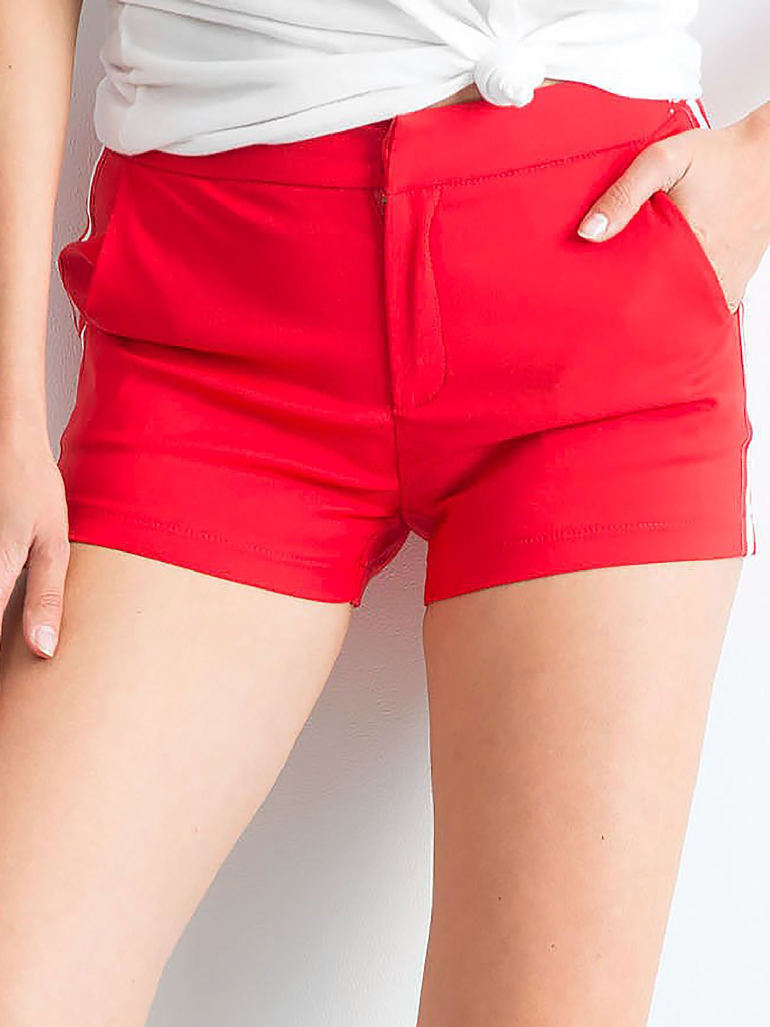 Červené šortky s pruhmi M