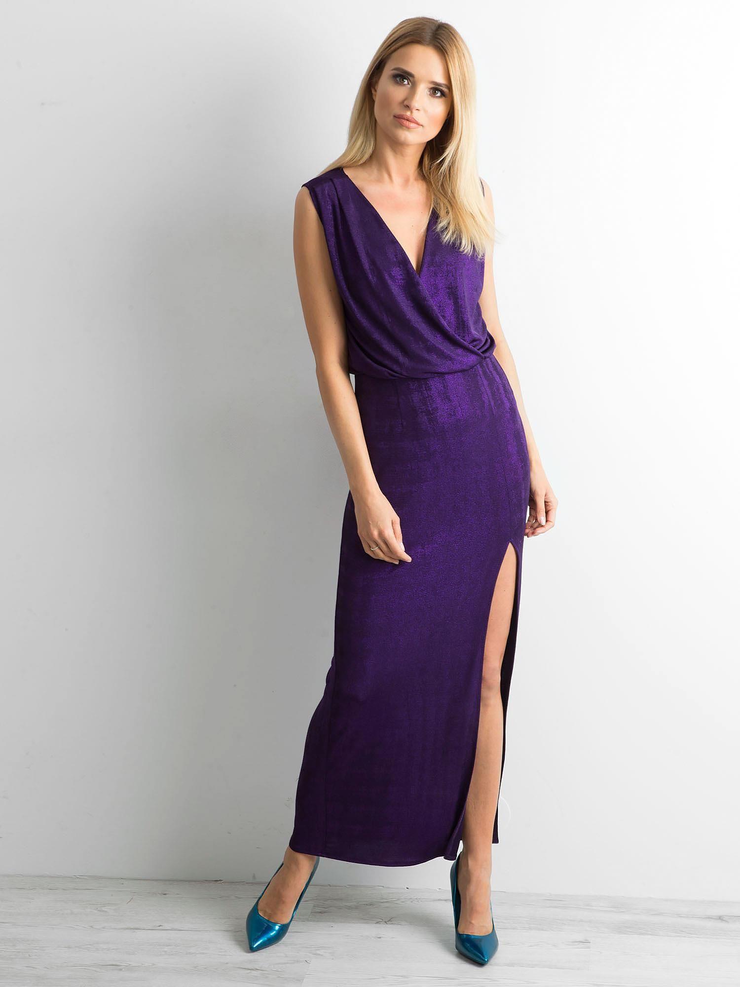Dlouhé fialové šaty s rozparkem 34